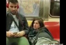 Se masturba el coño en un vagón del metro
