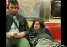 Imagen Se masturba el coño en un vagón del metro