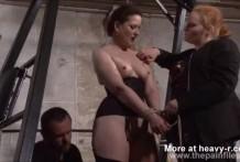 Mujer doblemente dominada sexualmente