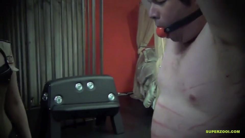 Tortura con Pistola Eléctrica en la polla y pezones