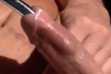 Escalofriante penetración de un tubo por la uretra del pene