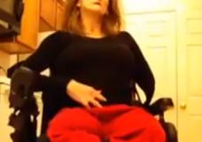 Imagen Mujer en silla de ruedas y amputada se afeita el coño