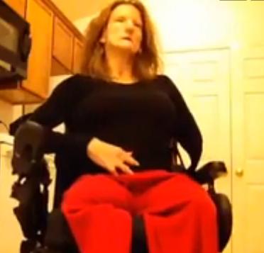 Mujer en silla de ruedas y amputada se afeita el coño