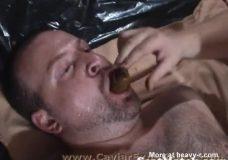 Imagen Dos hombres se comen la mierda de una chica