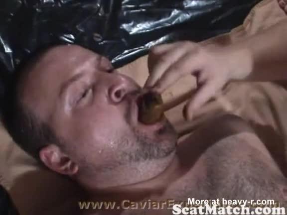 Dos hombres se comen la mierda de una chica