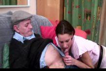 Morena follada por el abuelo y su esposo