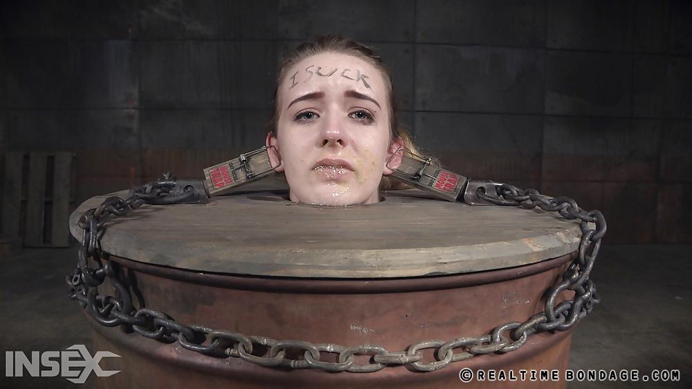 Mujeres en máquinas de torturas sexuales, Fotos