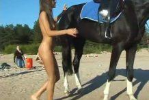 Chica desnuda encima de un caballo miniatura