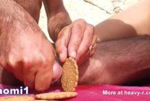 Hace galletas con semen en la playa