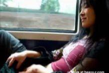 asiatica se masturba en el tren miniatura