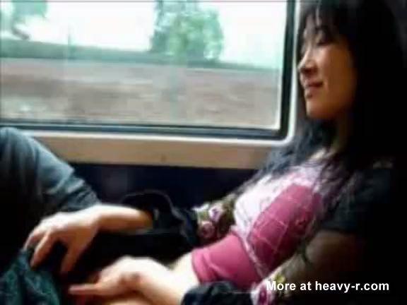 Asiática se da placer en el tren