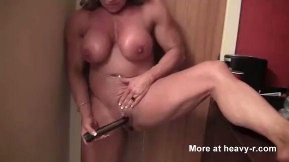 Mujer musculosa se masturba duro