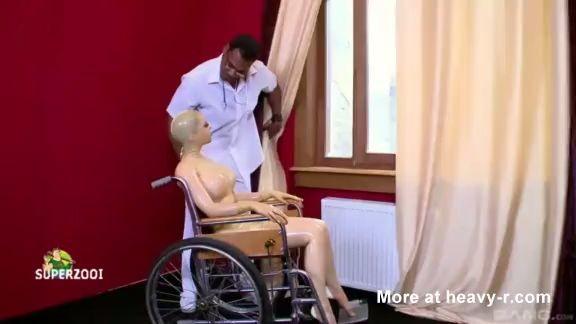 Le da droga a una muñeca hinchable y abusa de ella