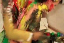 Bizarro video de lesbianas pintandose el cuerpo