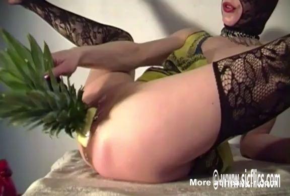 Mujer se folla una piña por el coño