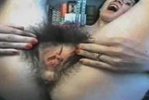 Josephine se abre su coño muy peludo