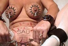Madura con el mismo Tatuaje en el coño que en las tetas