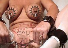 Imagen Madura con el mismo Tatuaje en el coño que en las tetas