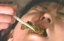 Japonesa come caca con palillos