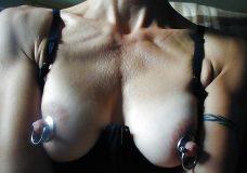 Pezones con piercings y cadenas