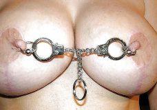 Pezones con piercings y cadenas 9