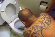 Brutal tortura a un hombre en un inodoro