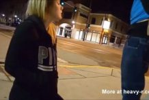 Esposa chupa el pene en la esquina de calle