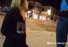 Imagen Esposa chupa el pene en la esquina de calle