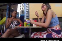 Mujeres lesbianas se diverten vomitando miniatura