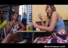 Imagen Mujeres lesbianas se diverten vomitando
