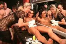 Piercing en el pene y sexo en grupo miniatura