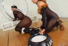 Lesbianas bebiendo leche por el coño