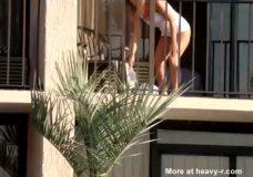 Imagen Mujer sin bragas en un balcón