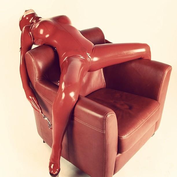 Camuflada con el sofá