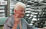 Abuela de 80 años se frota los dedos en su coño