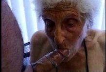 Desagradable puta abuela chupadora miniatura