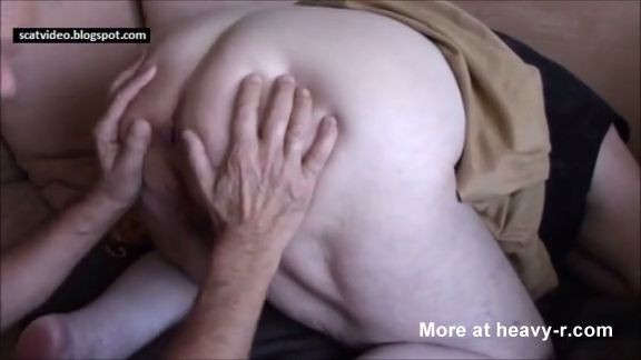 Abuela se caga en la boca de su vecino