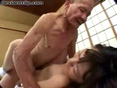 Colegiala japonesa follada por viejo pedo