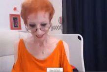 Anoréxica madura se hace unos dedos por la webcam