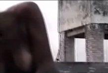 Negra restregandose el coño con un caballo