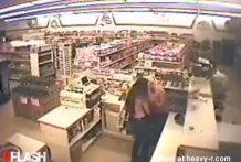 Cajera de supermercado chupando chocho