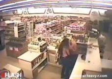 Imagen Cajera de supermercado chupando chocho