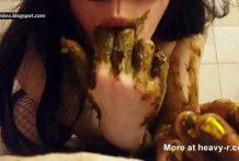 guarra se chupa los dedos de caca miniatura