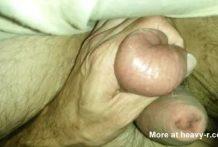 Perfora sus testículos con agujas