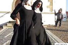Dos monjas muy católicas