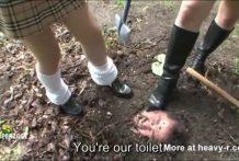 Estudiantes adolescentes entierran y humillan a su maestro