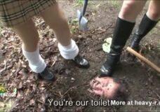 Imagen Estudiantes adolescentes entierran y humillan a su maestro
