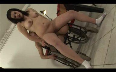 Hombre amputado de las dos piernas follando