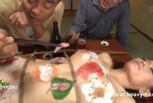 Mujer hace de mesa para comer sushi