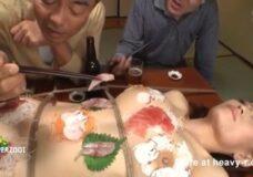 Imagen Mujer hace de mesa para comer sushi
